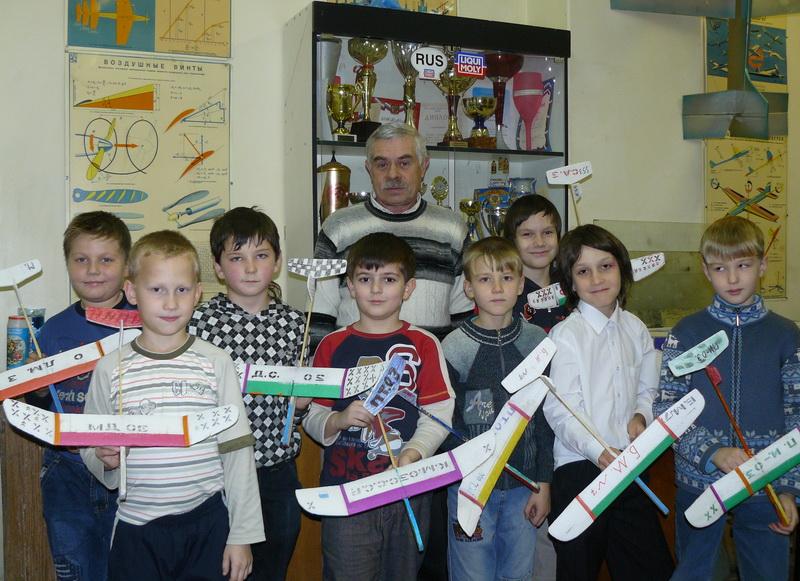 Юные авиамоделисты со своими моделями и тренером